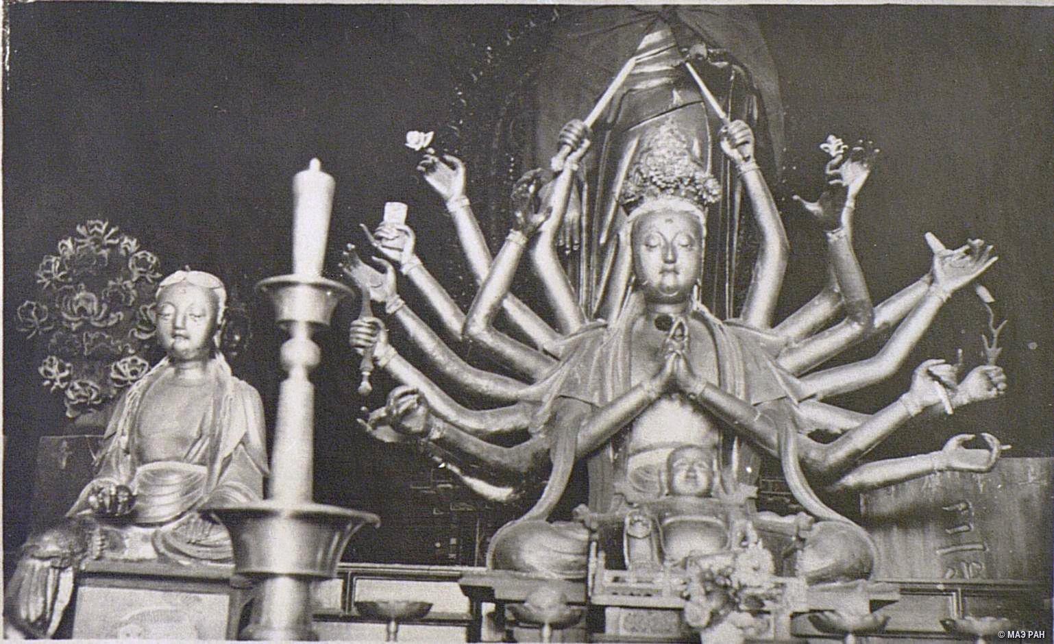 Алтарь в ламаистском храме Юнхэгун. Изображение богини Гуаньинь