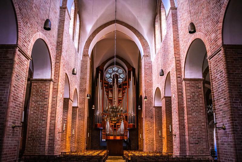 Längsschiff des Ratzeburger Doms, Blick auf die Orgel