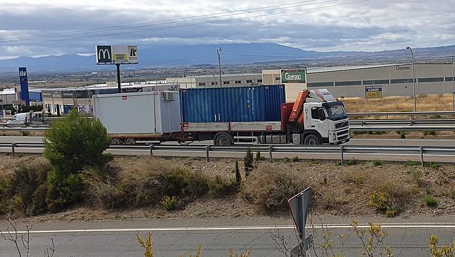 Volvo, camión con remolque.