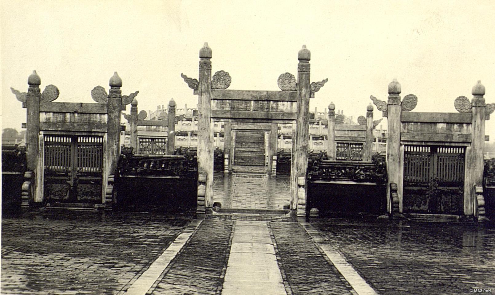 Храм Неба. Вид от павильонов к алтарю