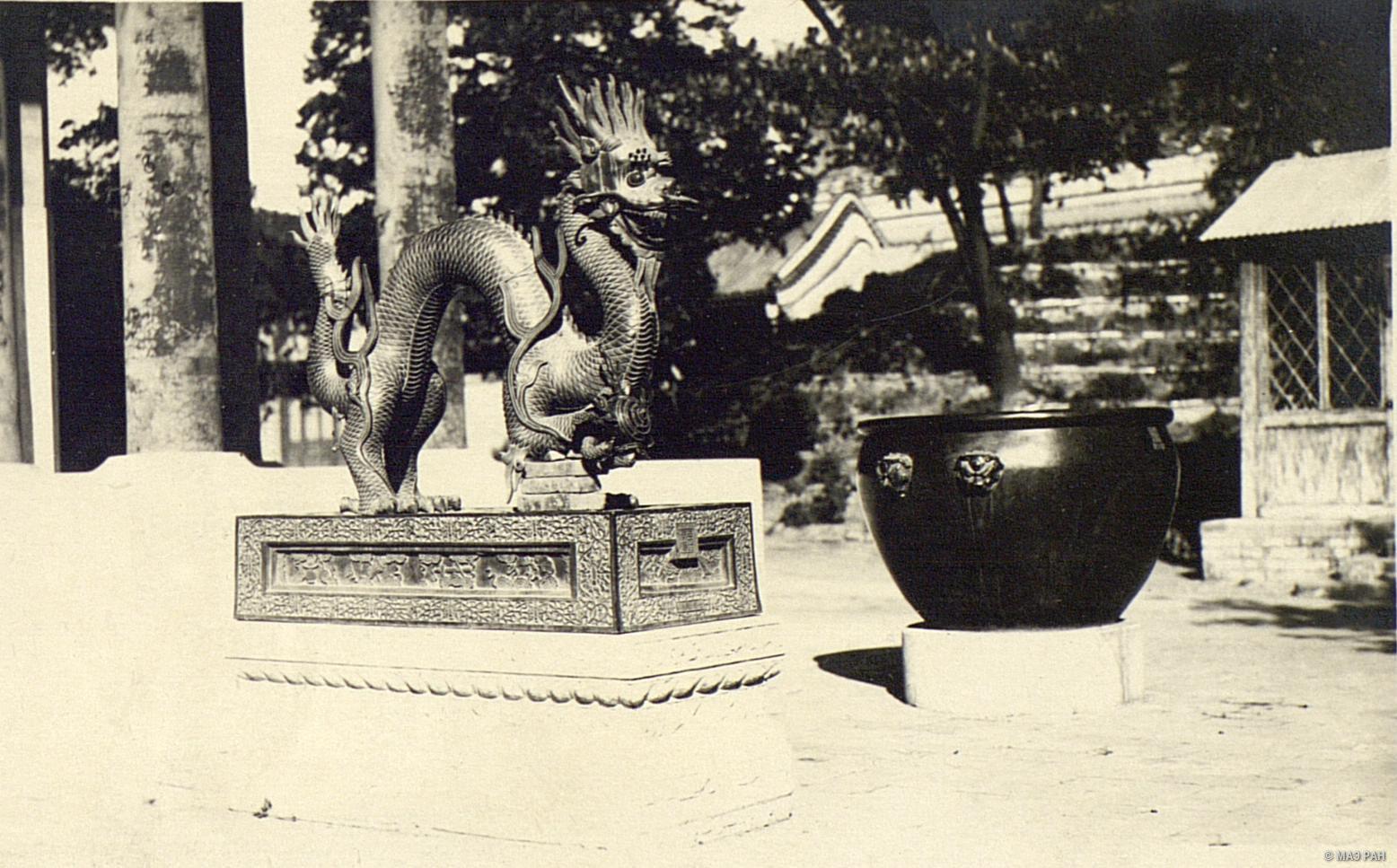 Летний дворец в парке Ихэюань. Статуя, изображающая дракона