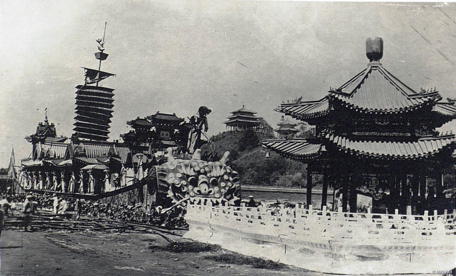 Бумажная лодка-дракон, сожженная после смерти императора Гуаньсюя
