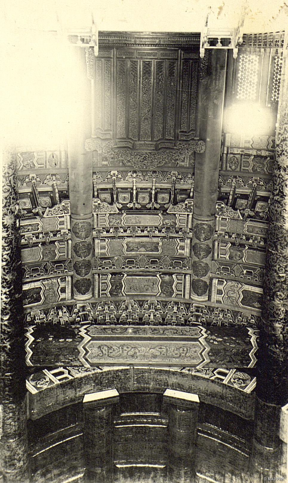 Храм Неба. Интерьер круглого павильона Жертвеных молитв