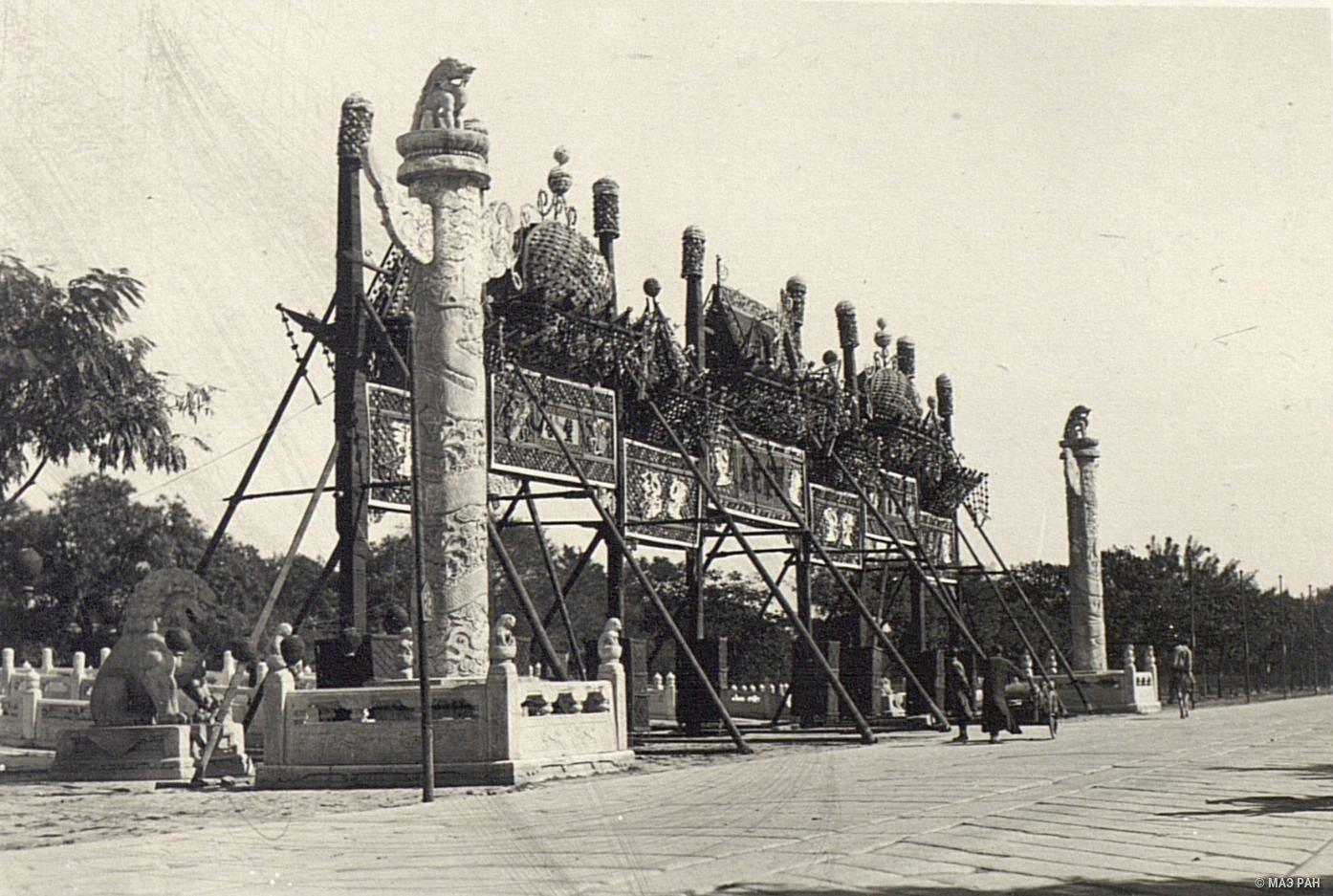 Торжественная арка перед входом во дворец в день конституции