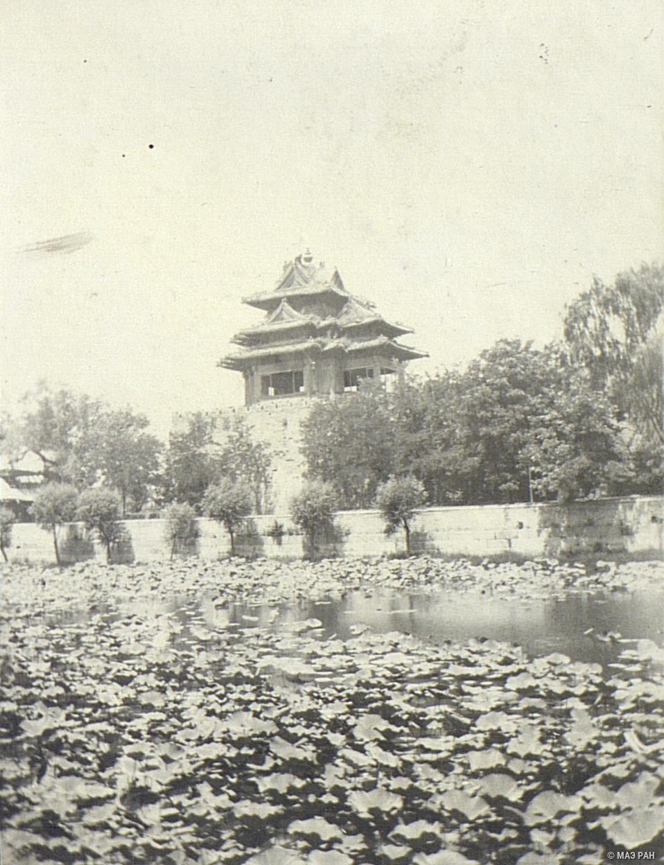 Пруд и стена с башней, окружающие императорский дворец
