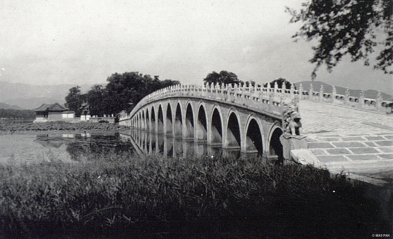 Летний дворец в парке Ихэюань. Вид на мост