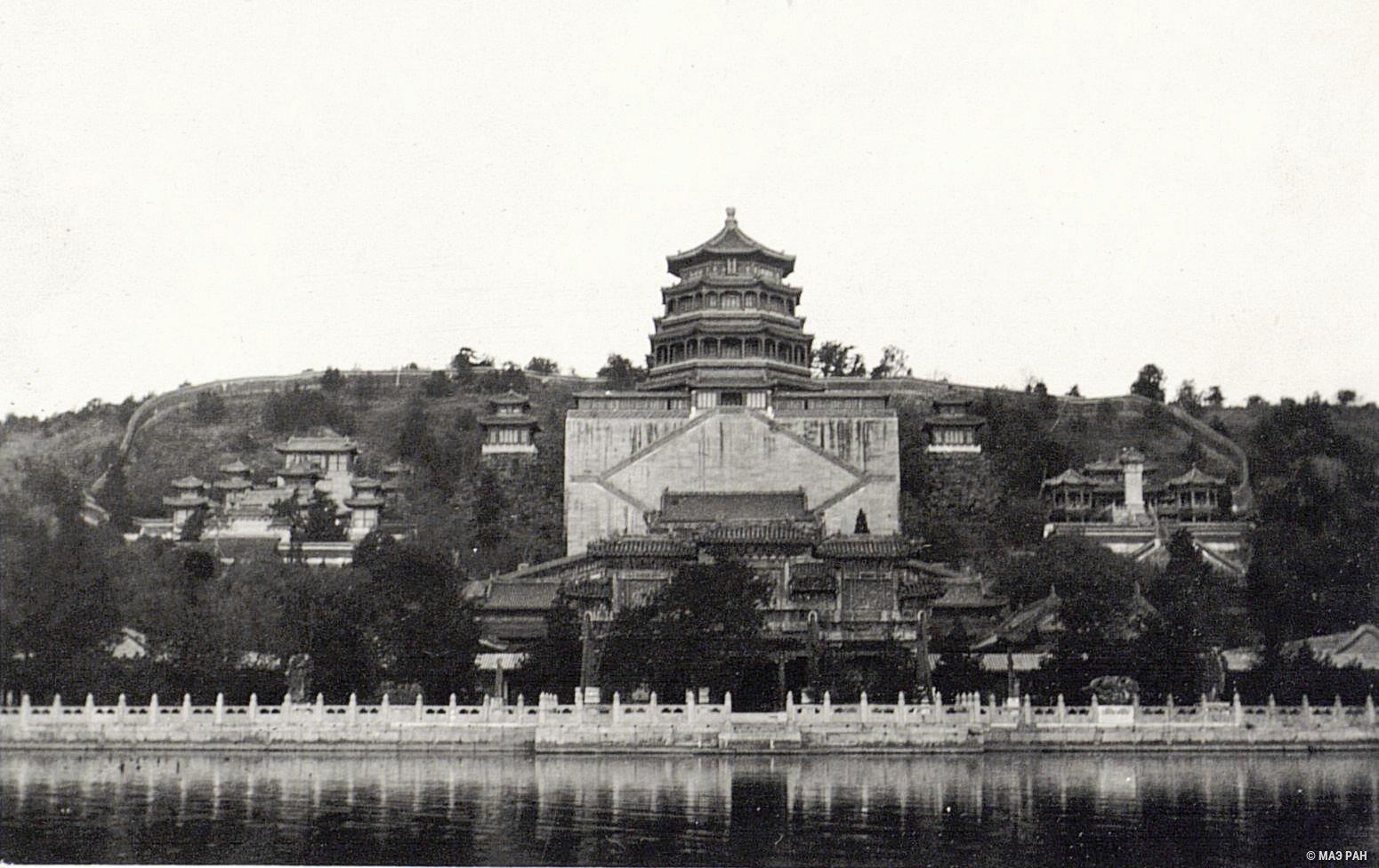 Дворец Жэньшоудянь (Дворец Человеколюбия и Долголетия) в парке Ихэюань