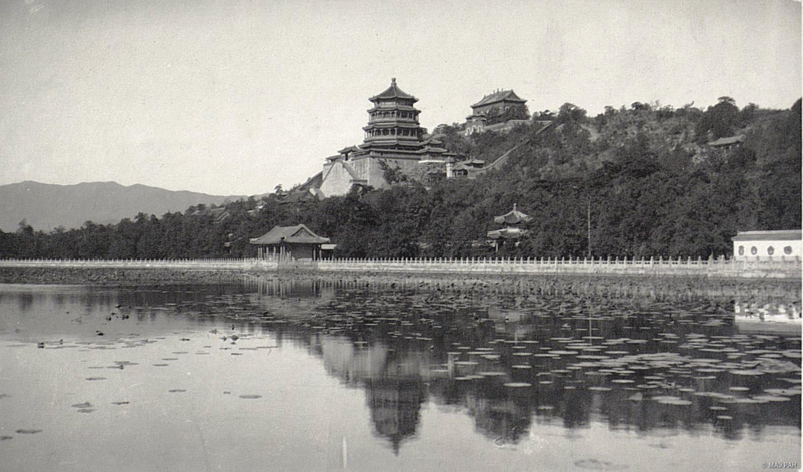 Вид на павильоны летнего дворца в парке Ихэюань