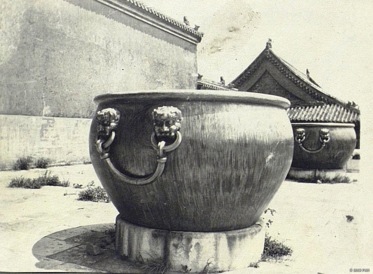 Бронзовые позолоченные чаши во дворе императорского дворца