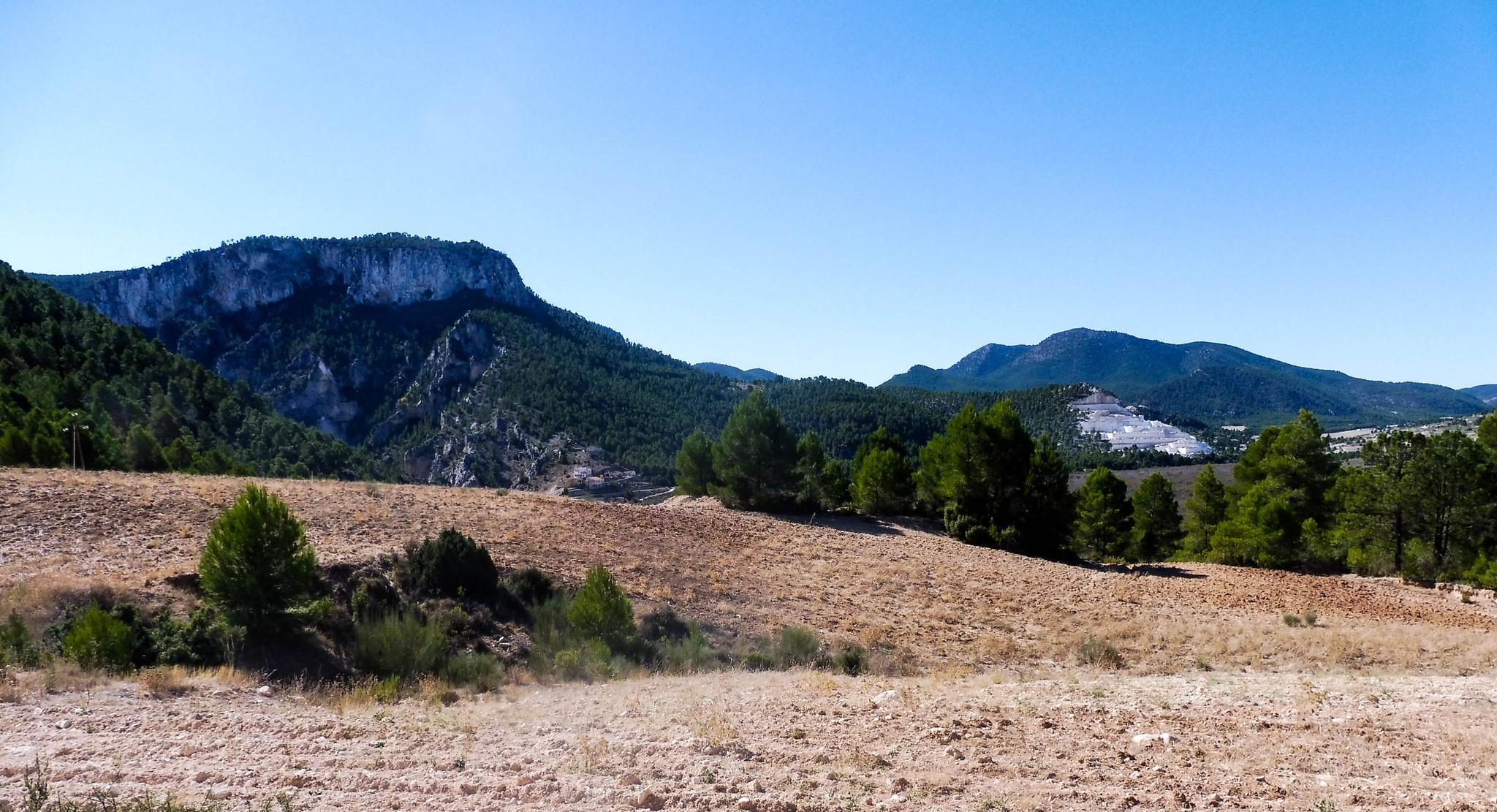 Vaso del embalse de Valdeinfierno, canteras y al fondo la Culebrina