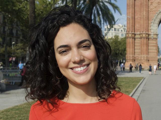 Marcella, turista italiana, tot passejant va aturar-se somrient i amb simpatia per a fer-li unes fotos. Captura: Passeig de Lluís Companys, Barcelona.