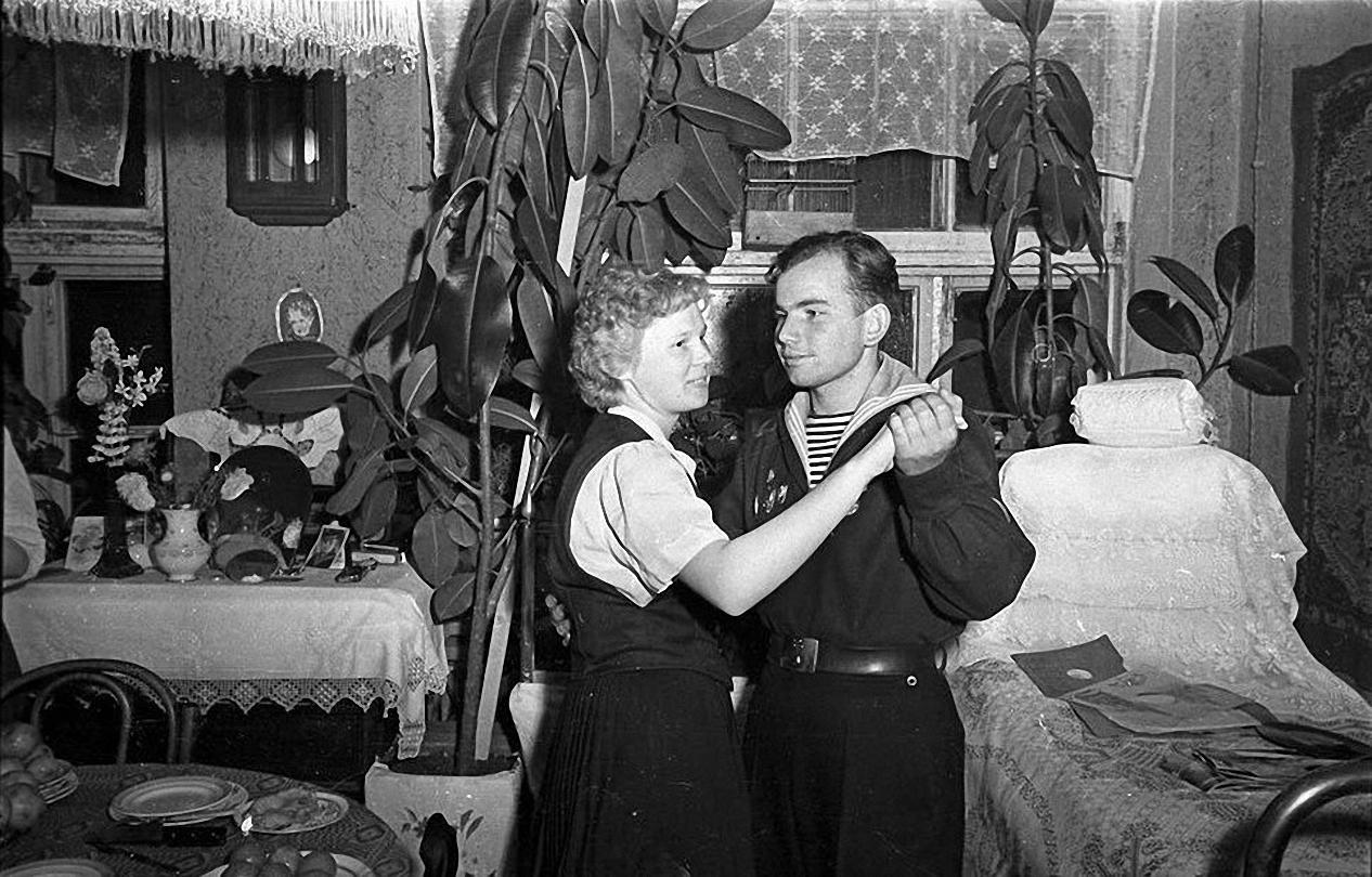 1957. После демонстрации. В гостях