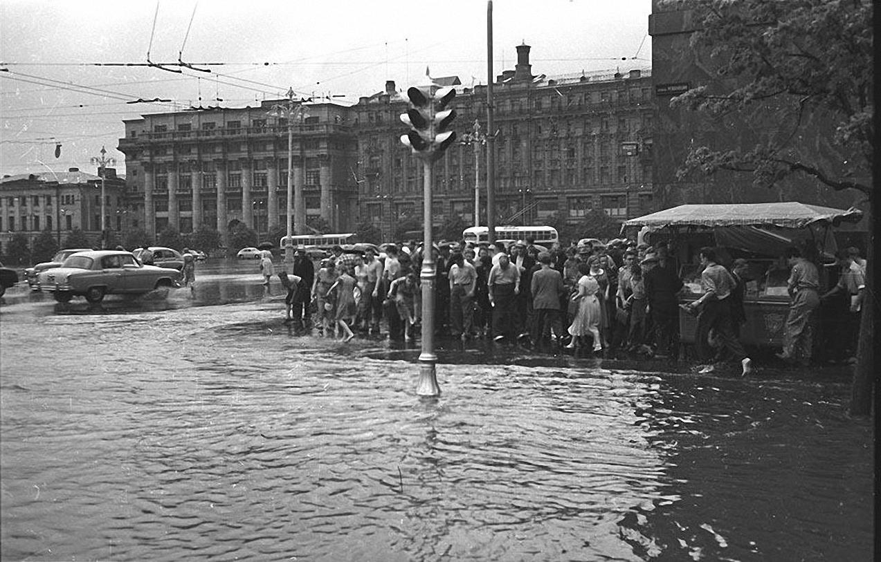 1950-е. После дождя. Угол Манежной площади и Охотного ряда