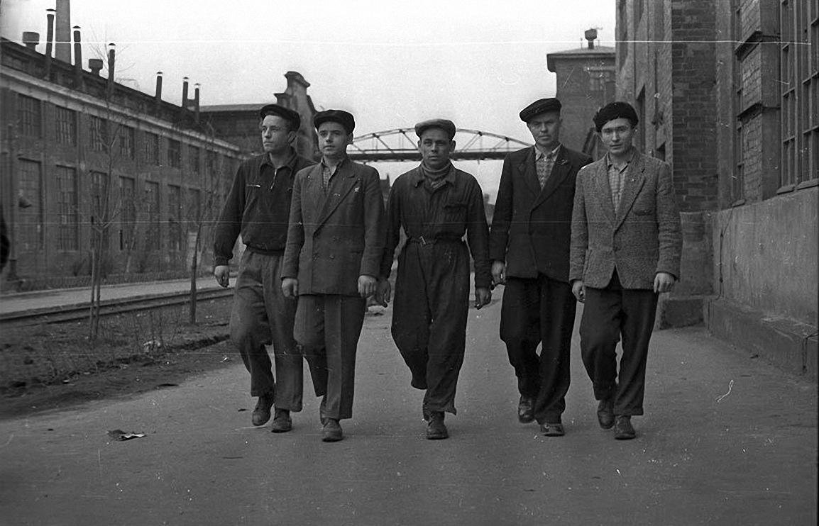 1950-е. Бригада идет в цех