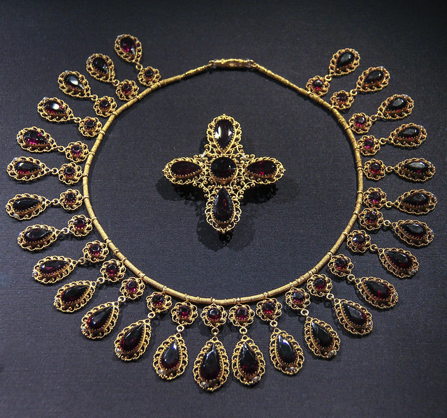 Necklace and Brooch, France, about 1835, Gold filigree wire, set with garnets