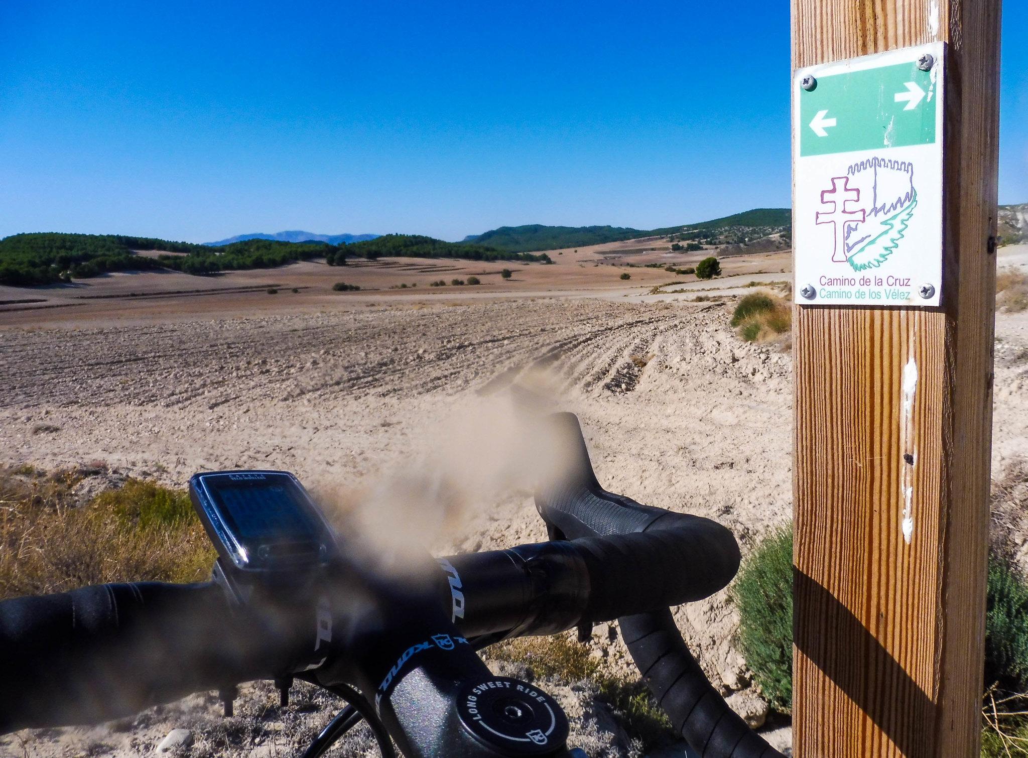 Al principio la ruta coincide con el Camino de la Cruz desde los Vélez