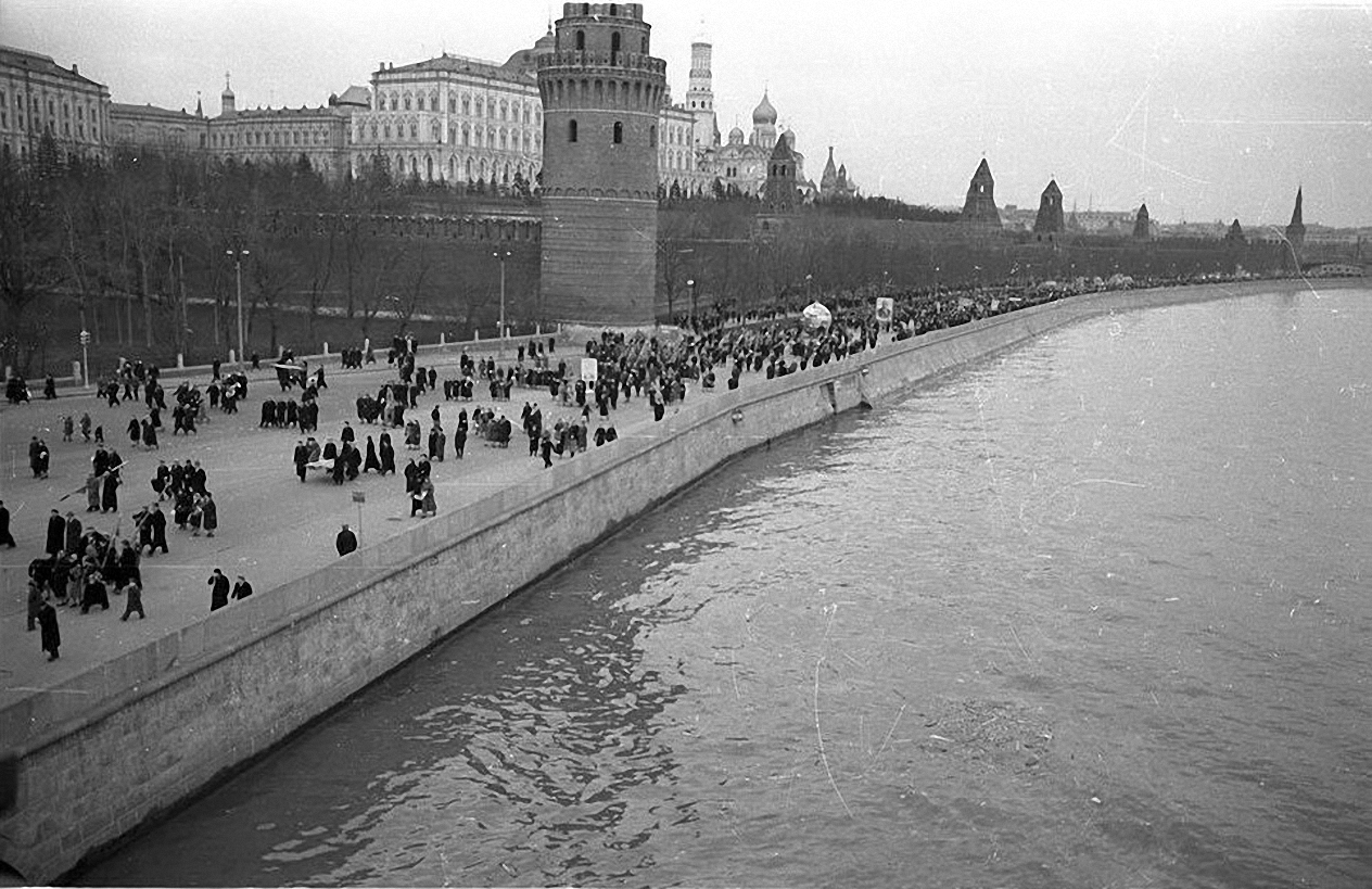 1957. С демонстрации. Кремлевская набережная1