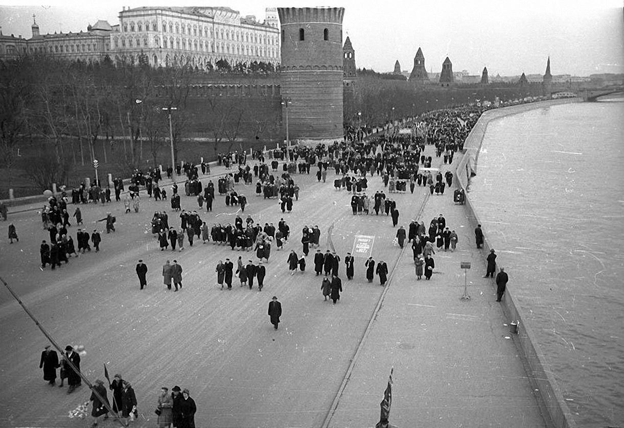 1957. С демонстрации. Кремлевская набережная3