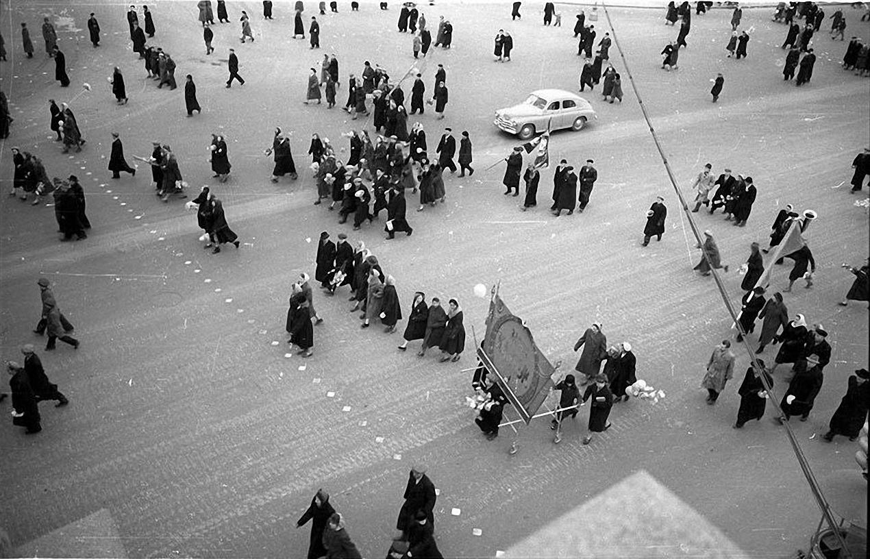 1957. С демонстрации. Кремлевская набережная2
