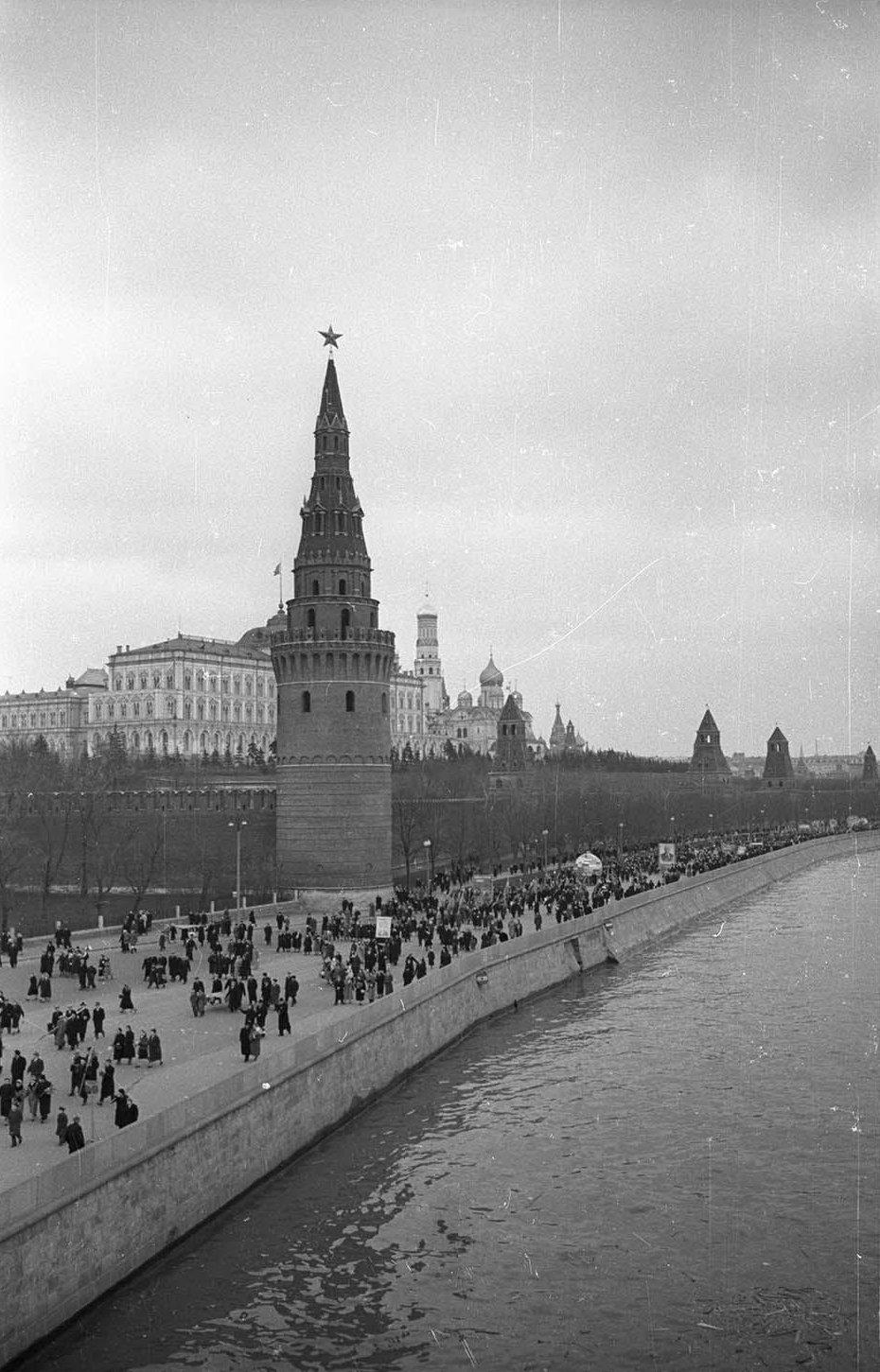 1957. С демонстрации. Кремлевская набережная