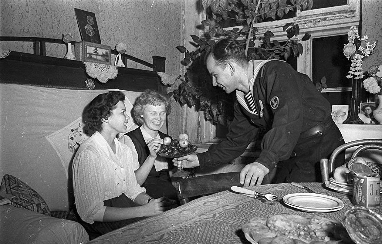 1957. После демонстрации. В гостях (2)