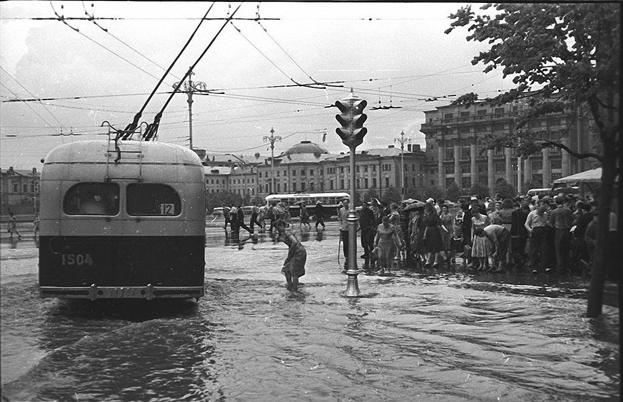 1950-е. После дождя. Угол Манежной площади и Охотного ряда1