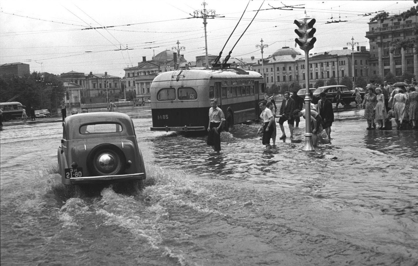 1950-е. После дождя. Угол Манежной площади и Охотного ряда. Манежная площадь