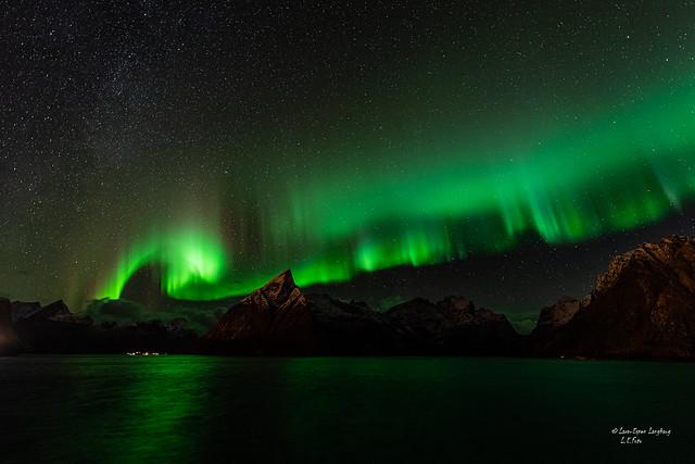 Nordlys over Olstinden, Reine, Lofoten.