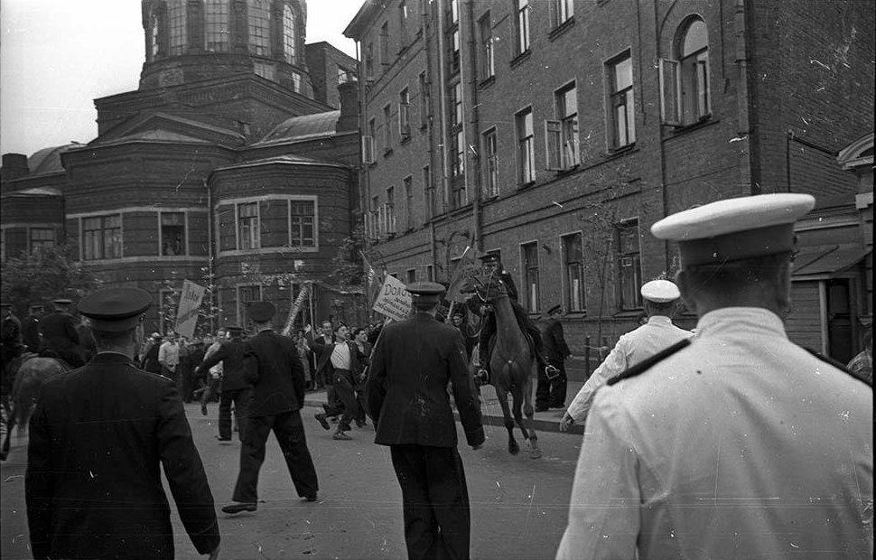 1958. Разгром посольства ФРГ на Большой Грузинской в отместку за разгром Советского посольства немецкими и венгерскими студентами в ФРГ (3)
