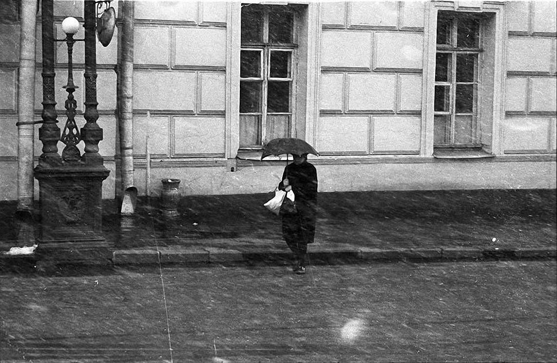 1950-е. Первый снег. У служебного подъезда Большого театра. (1)