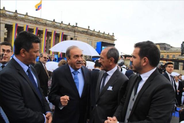 El piloto del Cartel de Sinaloa (extrema derecha) de parte con Luis Alfredo Ramos, ex gobernador de Antioquia, y el contralor departamental de Guaviare, Jaime Flórez.