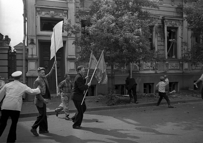 1958. Разгром посольства ФРГ на Большой Грузинской в отместку за разгром Советского посольства немецкими и венгерскими студентами в ФРГ