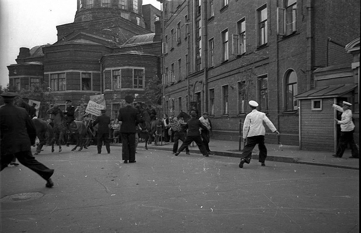 1958. Разгром посольства ФРГ на Большой Грузинской в отместку за разгром Советского посольства немецкими и венгерскими студентами в ФРГ (2)