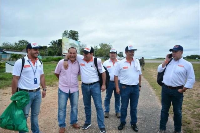 A la izquierda, quien sostiene la bolsa verde es Samuel David Niño Cataño, piloto del Cartel de Sinaloa. A su lado aparecen su hermano Hernán Gómez y el contralor Jaime Londoño.