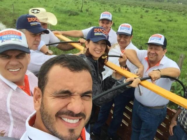 El piloto David Niño Cataño no solo transportó a Uribe y Duque sino que hizo campaña por Jennifer Arias, quien hoy ostenta una curul la Cámara de Representantes por el Centro Democrático.