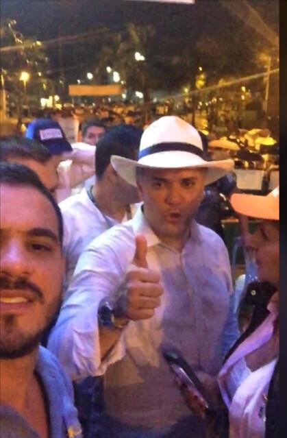 13 de mayo de 2018, Duque hace la señala de la victora al lado de su amigo el piloto del Cartel de Sinaloa, Samuel Niño Cataño (izquierda).