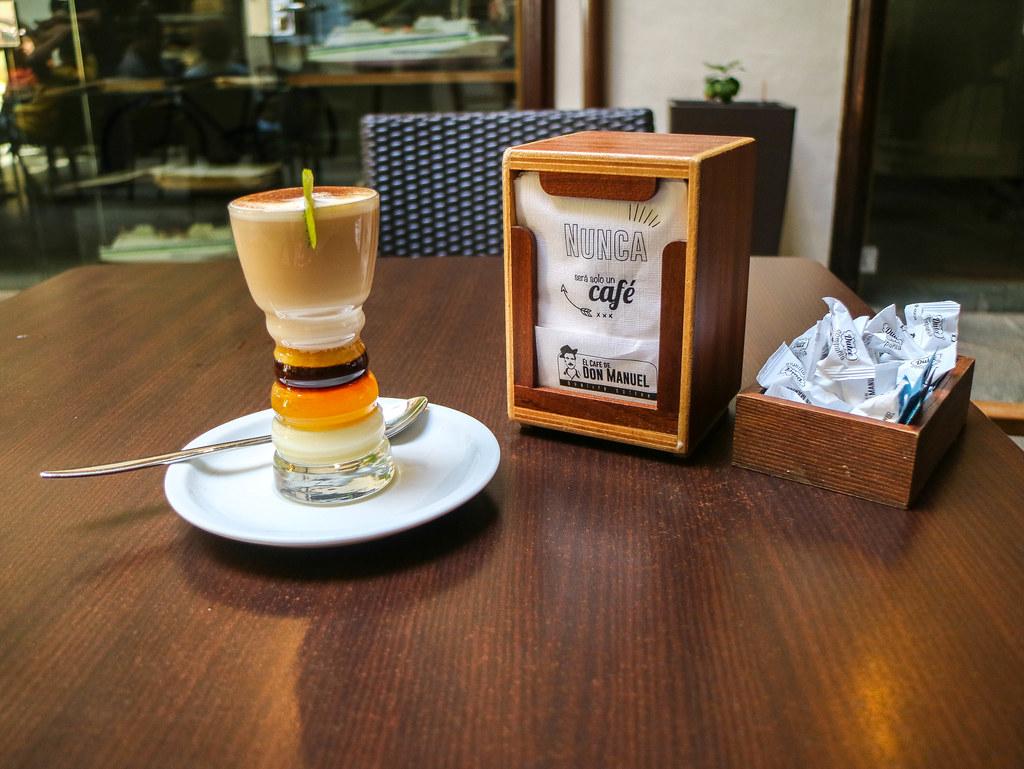 Barraquito con alcohol o zaperoco preparado en Café Don Manuel en La Palma