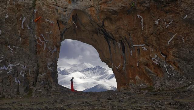 The elephant rock and Nyenchen Tanglha mountain range, Tibet 2019