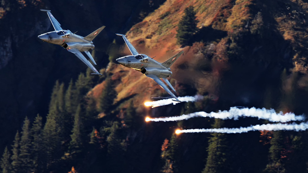 Two Swiss F-5E Tigers popping flares at the 2018 Axalp live firing demo