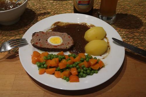 Hackbraten mit Zwiebelsoße, Salzkartoffeln und Erbsen-Möhren-Gemüse (mein zweiter Teller)
