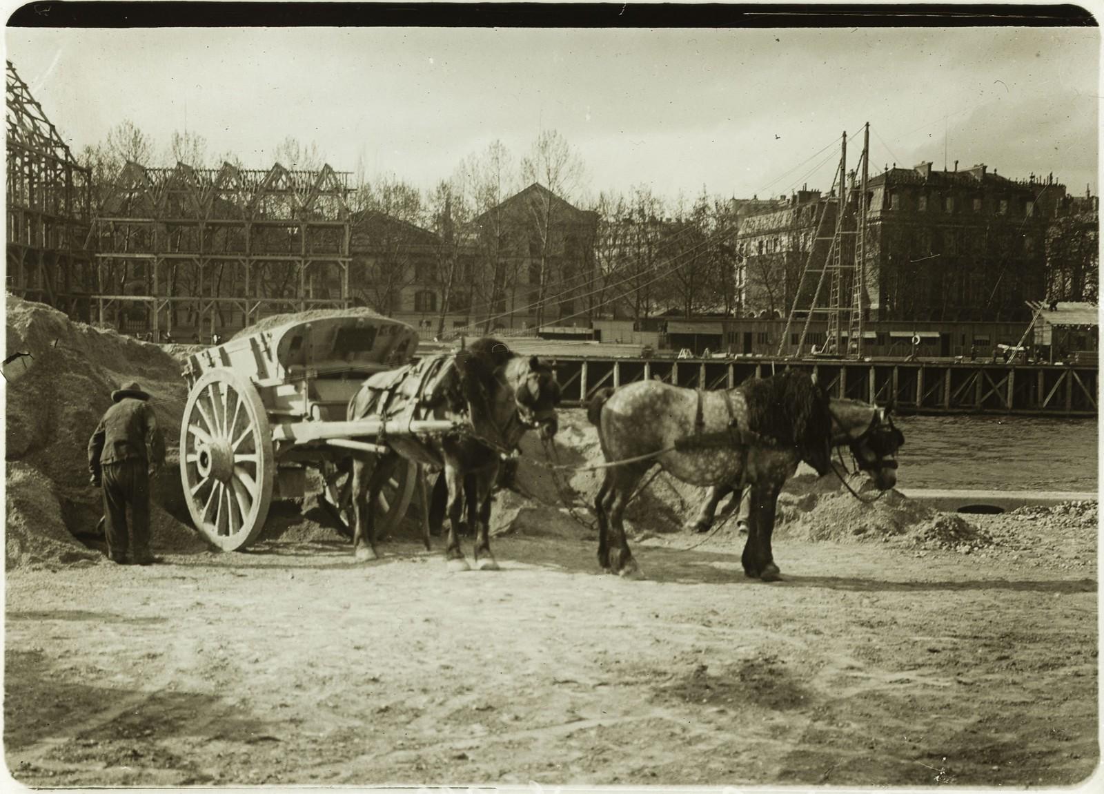 16. Место Всемирной выставки 1900 года. [Упряжка лошадей, несущих песок