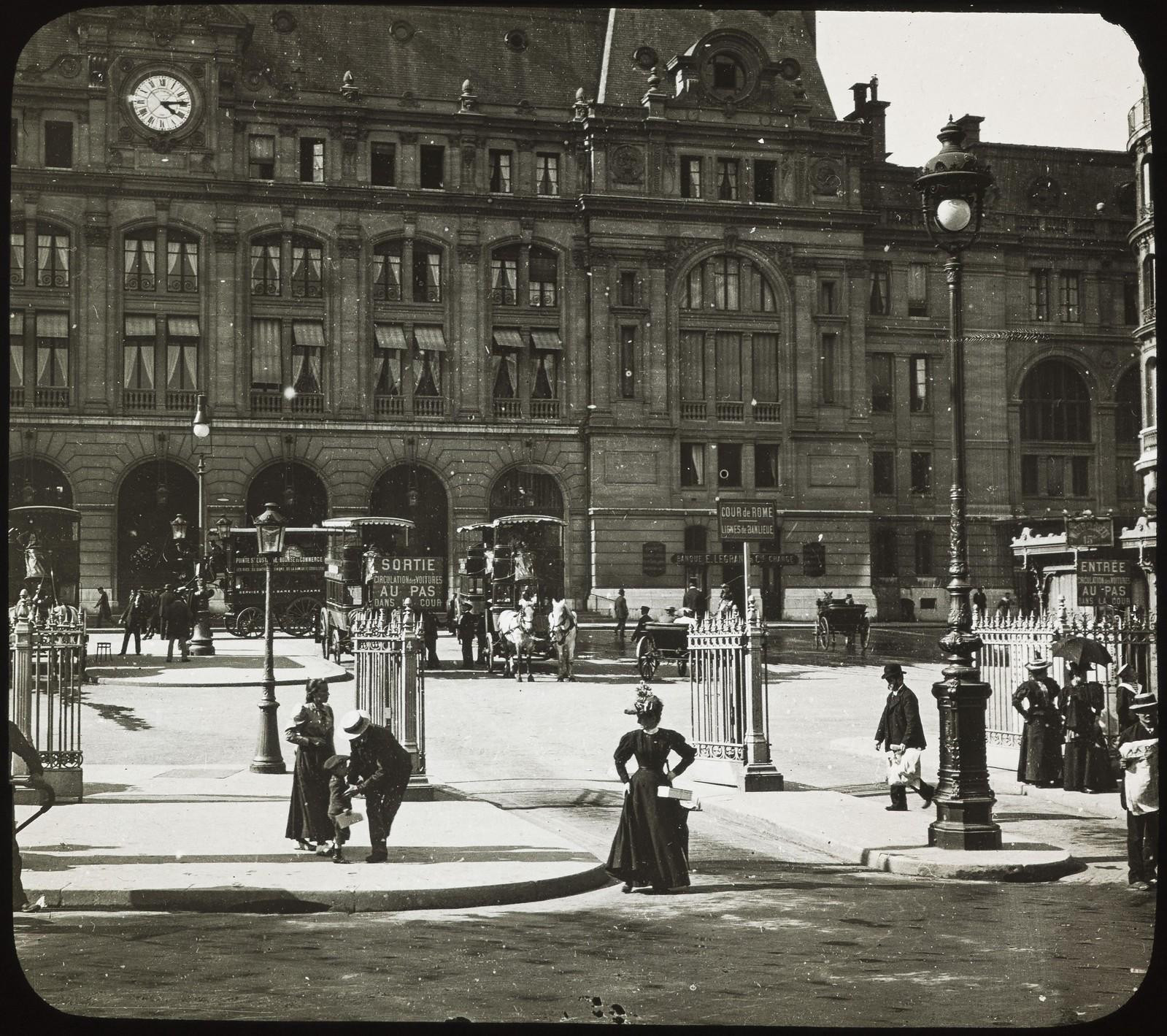 11. Перед вокзалом Сен-Лазар