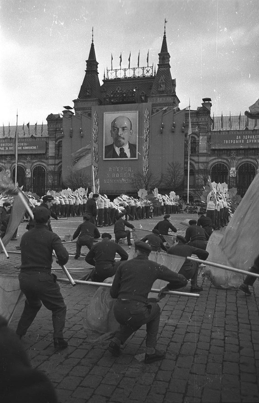 1958. Физкультурники выполняют упражнения. Красная площадь. 7 ноября