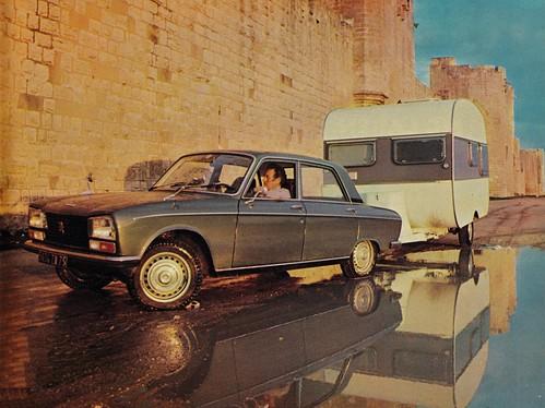 Postcard Peugeot 304 S + Adria 380GT Aigues-Mortes (30 Gard) Collection L'Auto-Journal 1974a