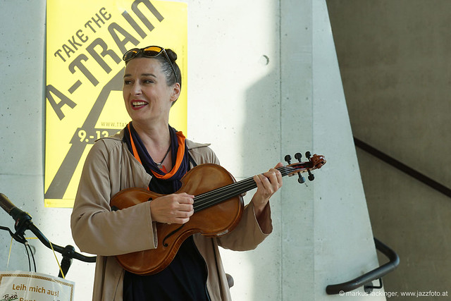 Jelena Popržan: viola, vocals