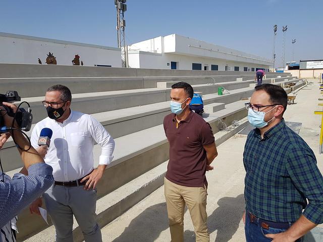 Alcalde y delegados visitan las nuevas gradas