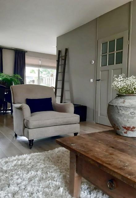Landelijke fauteuil decoratie ladder grote kruik salontafel