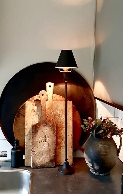 Houten snijplanken tafellampje aanrecht landelijk