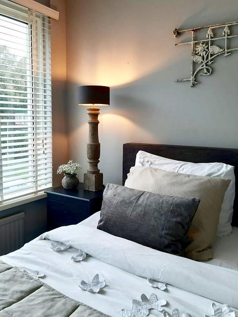 Balusterlamp nachtkastje landelijke slaapkamer