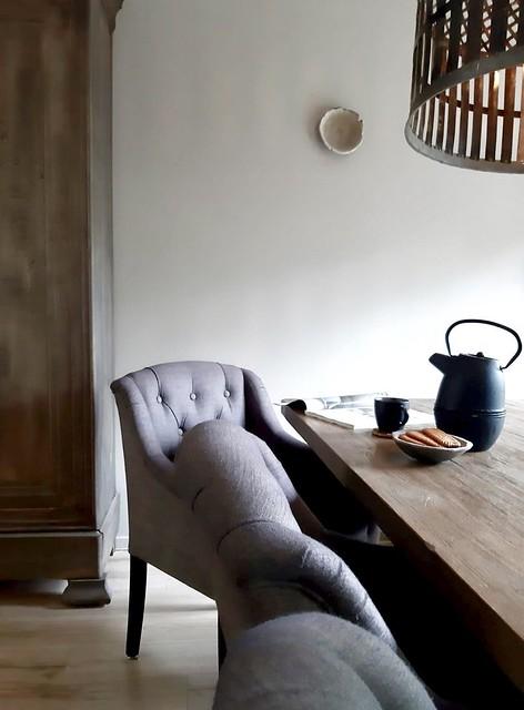 Gecapitoneerde eetkamerstoelen theekan schaaltje muur landelijk